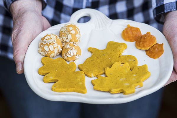 pumpkin tray with DIY homemade pumpkin treats for dogs