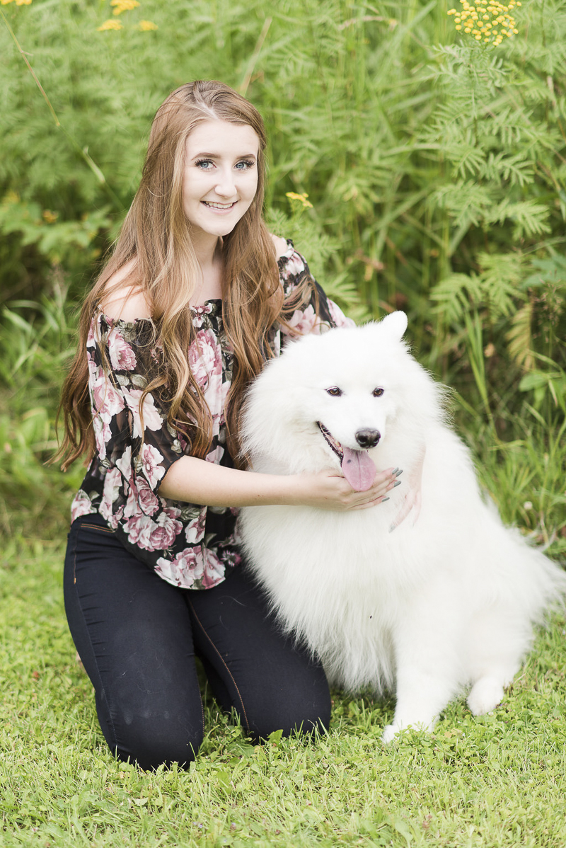 ©Kayla Lee Photography | Dog Friendly Senior Portraits with a Samoyed