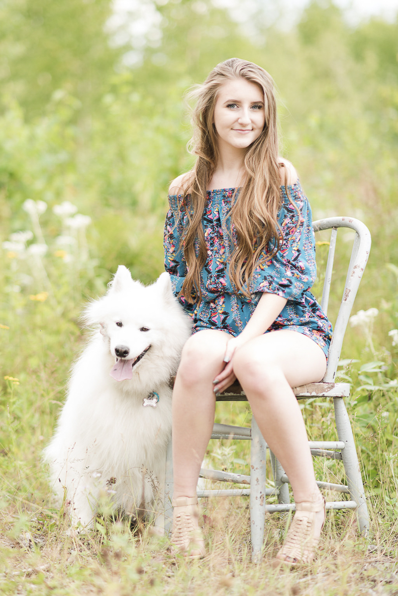 senior portraits should include pets, ©Kayla Lee Photography | Dog Friendly Senior Portraits with a Samoyed