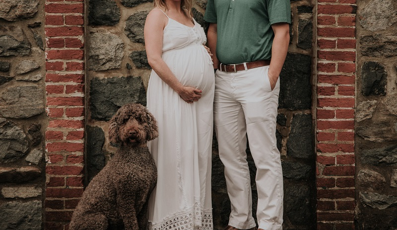 Labroodle, expectant mother and father to be, ©Kelli Wilke Photography | dog-friendly maternity session