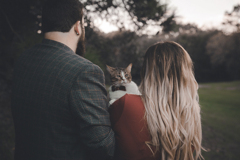 cat looking over woman's shoulder, ©Admyer Studios | cat-friendly engagement photos