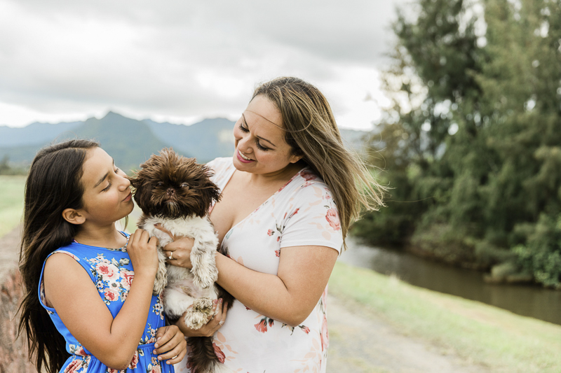 mother's day mini session with dog in Oahu, Hawaii | Storm Elaine Photography