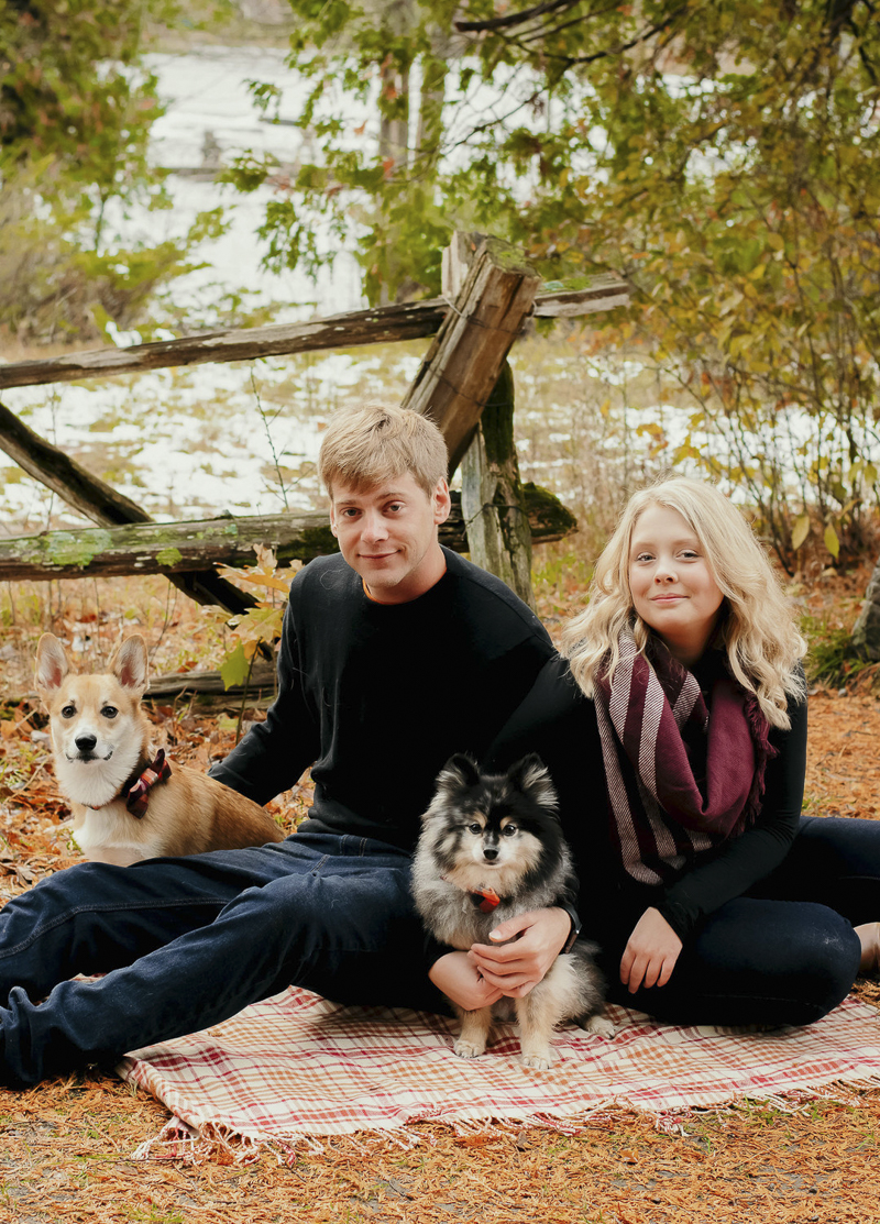 fall photo shoot with dogs, Merle Pomeranian, Corgi and their humans ©Madison Robertson Photography | lifestyle dog and family photography