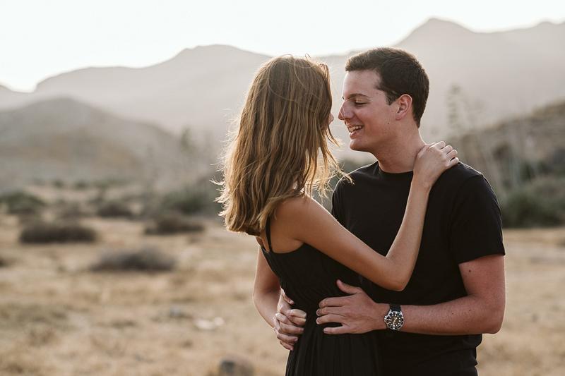 couple embracing in desert | ©Blancorazon Weddings