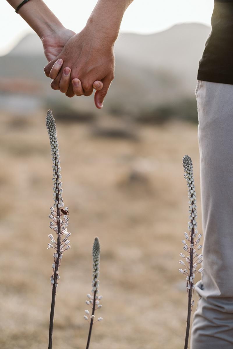 couple holding hands, desert details | ©Blancorazon Weddings